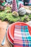 Украшение таблицы рождества, праздничный dinnerware со свечами и стоковое фото rf