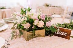 Украшение таблицы свадьбы с цветками в деревенском стиле Стоковое Изображение