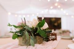 Украшение таблицы свадьбы с цветками и листьями залива Стоковые Изображения RF