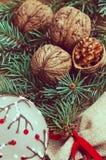 Украшение таблицы Нового Года ans рождества с грецкими орехами Стоковое Изображение