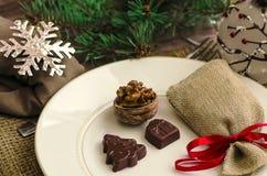 Украшение таблицы Нового Года ans рождества с шоколадом и грецкими орехами Стоковое Фото