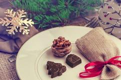 Украшение таблицы Нового Года ans рождества с шоколадом и грецкими орехами Стоковые Фотографии RF