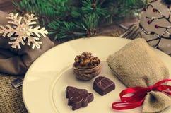 Украшение таблицы Нового Года ans рождества с шоколадом и грецкими орехами Стоковые Изображения RF