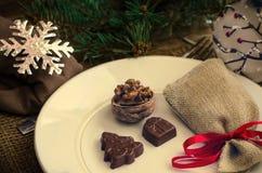 Украшение таблицы Нового Года ans рождества с шоколадом и грецкими орехами Стоковое Изображение