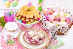 Украшение таблицы пасхи с тортом и корзиной кольца Стоковое Фото