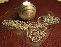 Украшение таблицы рождества с горящей свечой в стеклянном шаре Стоковое фото RF
