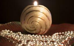 Украшение таблицы рождества с горящей свечой в стеклянном шаре Стоковые Изображения