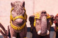 Украшение талисмана куклы лошади и слона Таиланда на предпосылке стоковое изображение rf