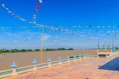 Украшение флага улицы берега реки Меконга идя на Nong Khai, Th Стоковая Фотография RF