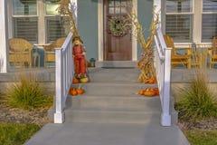 Украшение хеллоуина на лестницах и венке на двери стоковые изображения