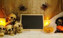 Украшение хеллоуина с космосом экземпляра на предпосылке стены Стоковая Фотография RF