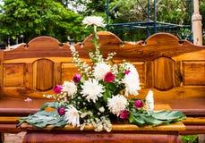Украшение цветка на деревянной таблице Стоковая Фотография