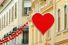 Украшение центра города накануне дня ` s валентинки Стоковое Фото