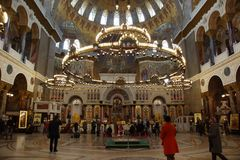 Украшение церков с мозаикой, витражи и золочение, прихожане моля стоковая фотография