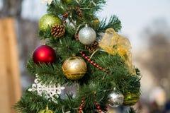 Украшение шарика ели рождества сверкная стоковое изображение