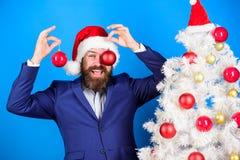 Украшение шарика рождества владением Санта Праздники значили ради веселья Хипстер человека бородатый нести официальные костюм и ш стоковая фотография rf