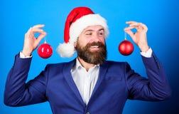 Украшение шарика рождества владением Санта рождество веселое Распространение атмосферы рождества вокруг Праздники значили ради ве стоковое изображение