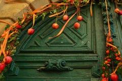 Украшение яблок на винтажной двери стоковые изображения rf
