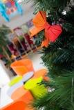 Украшение Origami смычка в рождественской елке Стоковые Изображения