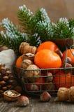 Украшение Xmas с tangerines, гайками и хворостинами сосны Стоковое Изображение RF