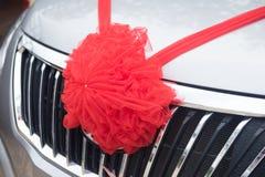 Украшения автомобиля с красным смычком стоковое изображение