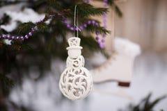 Украшения белого рождества на дереве Стоковая Фотография