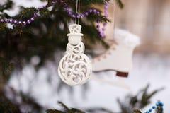 Украшения белого рождества на дереве Стоковые Фотографии RF