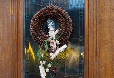Украшения венка рождества на двери в магазине Стоковая Фотография RF