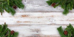 Украшения ветви рождества вечнозеленые во всех углах на белое v стоковые изображения rf