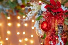 Украшения для рождественской елки на фоне светов гирлянды Стоковое Изображение