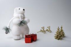 Украшения зимы и рождества полярного медведя на белой предпосылке Стоковое фото RF
