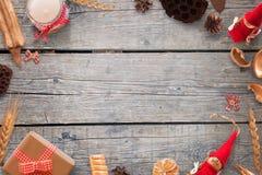 Украшения золота и рождества красного цвета на деревянном столе Фоновое изображение для текста Стоковые Фото