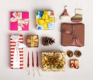 Украшения и подарочные коробки рождества дальше Стоковое Фото