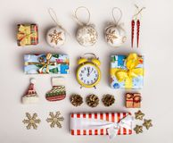 Украшения и подарочные коробки рождества дальше Стоковые Фотографии RF