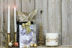 Украшения и свечи рождества деревянным backgound Стоковая Фотография