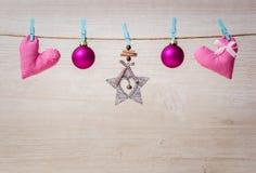 Украшения и сердца рождества вися на веревочке на деревянной предпосылке Стоковая Фотография RF