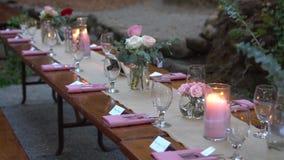 Украшения и служение таблицы свадьбы в лесе видеоматериал