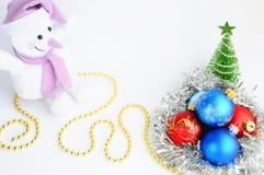 Украшения и снеговик рождества на белой предпосылке звезды абстрактной картины конструкции украшения рождества предпосылки темной Стоковые Фото