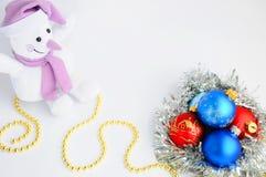 Украшения и снеговик рождества на белой предпосылке звезды абстрактной картины конструкции украшения рождества предпосылки темной Стоковое Изображение RF