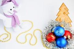 Украшения и снеговик рождества на белой предпосылке звезды абстрактной картины конструкции украшения рождества предпосылки темной Стоковые Изображения