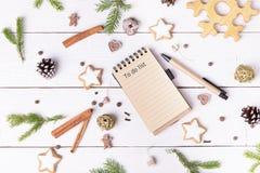 Украшения и тетрадь праздника рождества с для того чтобы сделать список на белой винтажной таблице сверху, концепция планирования стоковое изображение rf