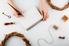 Украшения и тетрадь праздника с списком целей на белой деревенской таблице, плоским стилем положения запланирование изображения п стоковое фото