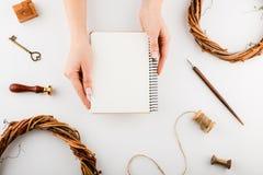 Украшения и тетрадь праздника с списком целей на белой деревенской таблице, плоским стилем положения запланирование изображения п стоковые изображения rf