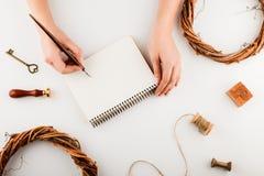 Украшения и тетрадь праздника с списком целей на белой деревенской таблице, плоским стилем положения запланирование изображения п стоковые фото