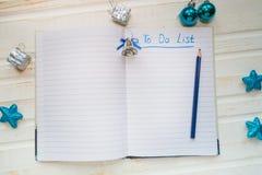 Украшения и тетрадь праздника с для того чтобы сделать список на белом vintag стоковое фото rf