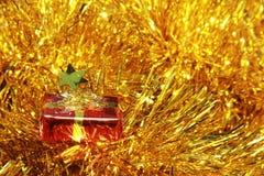 Украшения красной подарочной коробки золотые пушистые Стоковое Изображение