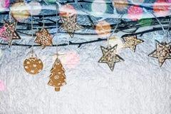 Украшения Нового Года с печеньями пряника и светами праздника Стоковое фото RF