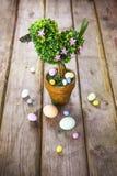 Украшения пасхи на деревенской деревянной предпосылке Стоковая Фотография RF