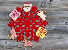 Украшения печенья праздника вокруг красной снежинки Стоковая Фотография RF