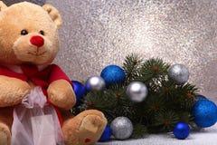Украшения плюшевого медвежонка и рождества на белой предпосылке Стоковое Изображение RF